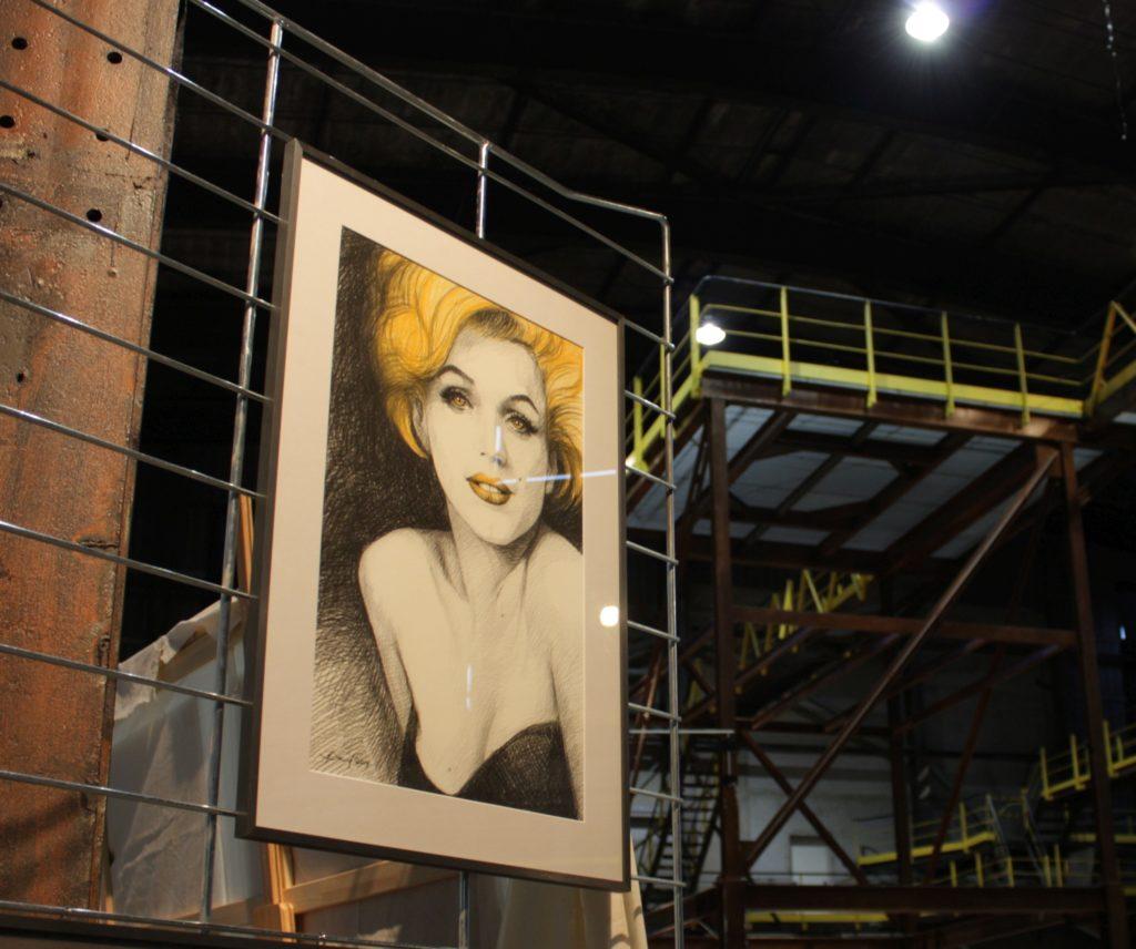 Marilyn Monroe Portrait in Fabrik-Interieur