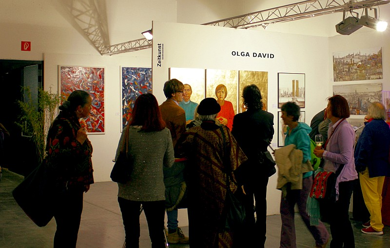 Malerin Olga David auf der Kunstmesse Art Innsbruck